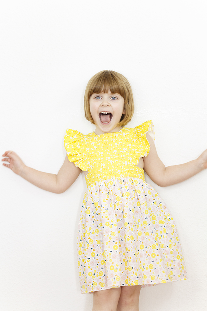 Den Sommer kann man sich nähen! Sommerkleid Polly Pinafore nach einem Schnitt von Bebekins Patterns genäht aus Stay Gold Biostoffen von Cloud9 aus der Eulenmeisterei.