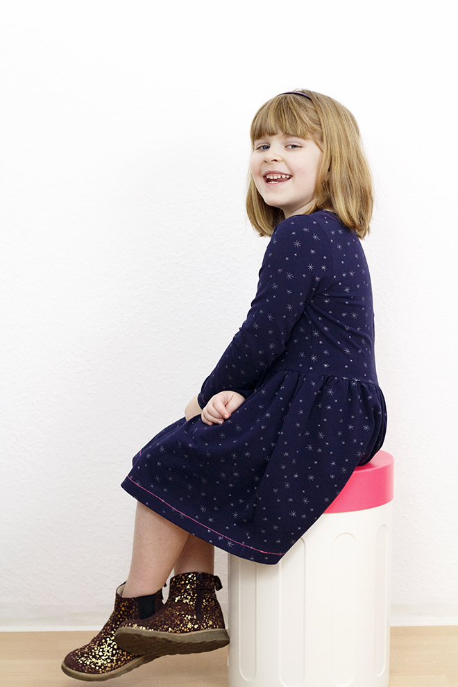 Kinderkleid Jette von Hedinäht mit Kontrastnähten. Genäht aus Bio Jersey von Chatcocolat aus der Eulenmeisterei.