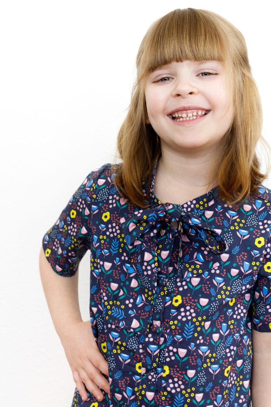 Schnittmuster Ume Dress von StraightGrain genäht aus Baumwoll Satin von Spoonflower mit Muster Field of Flowers von christinaa